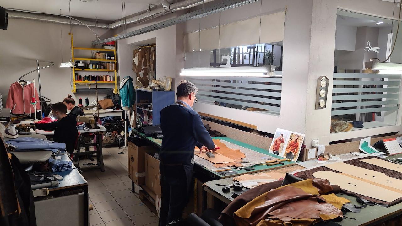 Στο κατάστημα μας στη Θεσσαλονίκη μπορείτε να βρείτε όλες τις δημιουργίες που παράγονται στη βιοτεχνία μας. Κομμάτια κλασικά, που αγαπήθηκαν, φορέθηκαν και φοριούνται εδώ και χρόνια όπως επίσης και νέα, σύγχρονα, υπόσχονται να ικανοποιήσουν όλα τα γούστα και να προσαρμοστούν στις δικές σας ανάγκες και απαιτήσεις.